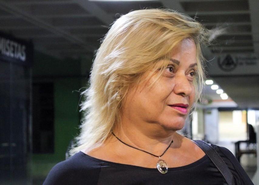 """Dina Oliveira, poeta e jornalista de Ceilândia, diz que sua periferia é aquela """"de pessoas que acordam cedo para trabalhar, de pessoas que estão cheias de problemas mas que param para te cumprimentar"""" (Foto: Beatriz Marques)"""