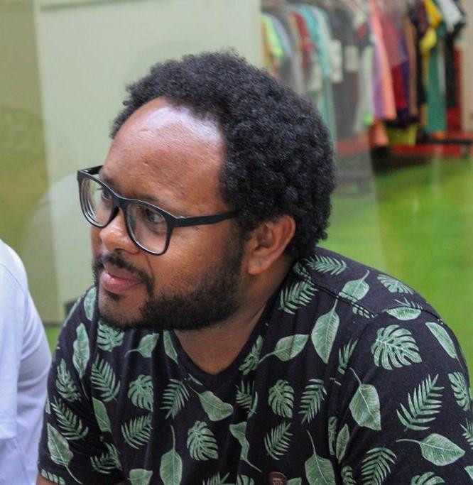 """Lenílson da Costa Silva, poeta e tradutor de libras de Samambaia: """"u sou preto, moro em favela. O imaginário social não espera que uma pessoa negra seja escritora"""" (Foto: Beatriz Marques)"""