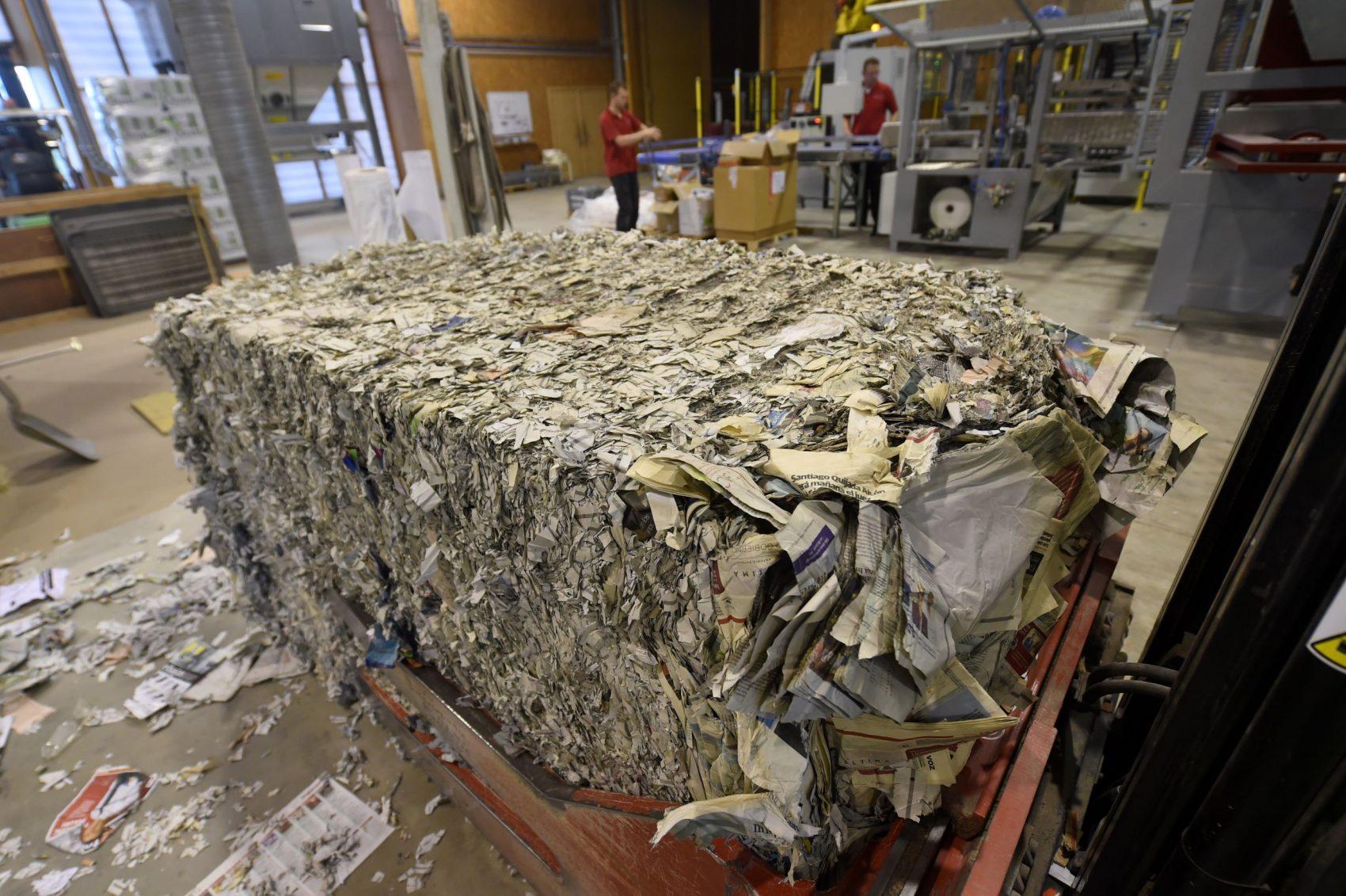 Jornais e papéis velhos em fábrica francesa que usa pasta de celulose para produzir isolamento térmico: relatório indica que, para reduzir as emissões, as economias têm de se tornar circulares (Foto: Gaizca Iroz)/AFP)