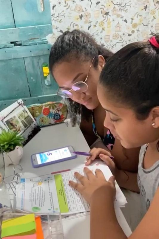 Yasmim com a mãe, Maria Luiza: acompanhamento das aulas pelo celular e por apostilas impressas (Foto: Arquivo Pessoal)