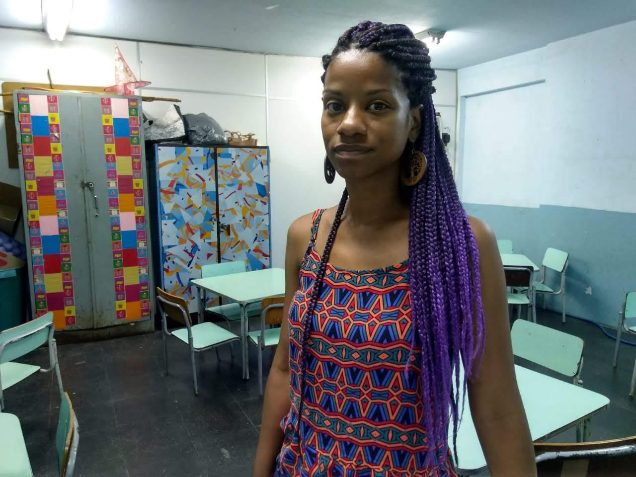A professora Ísis na escola antes da suspensão das aulas : preocupação com seus alunos e com os estudos do filho de 11 anos (Foto: Dóris Duque)