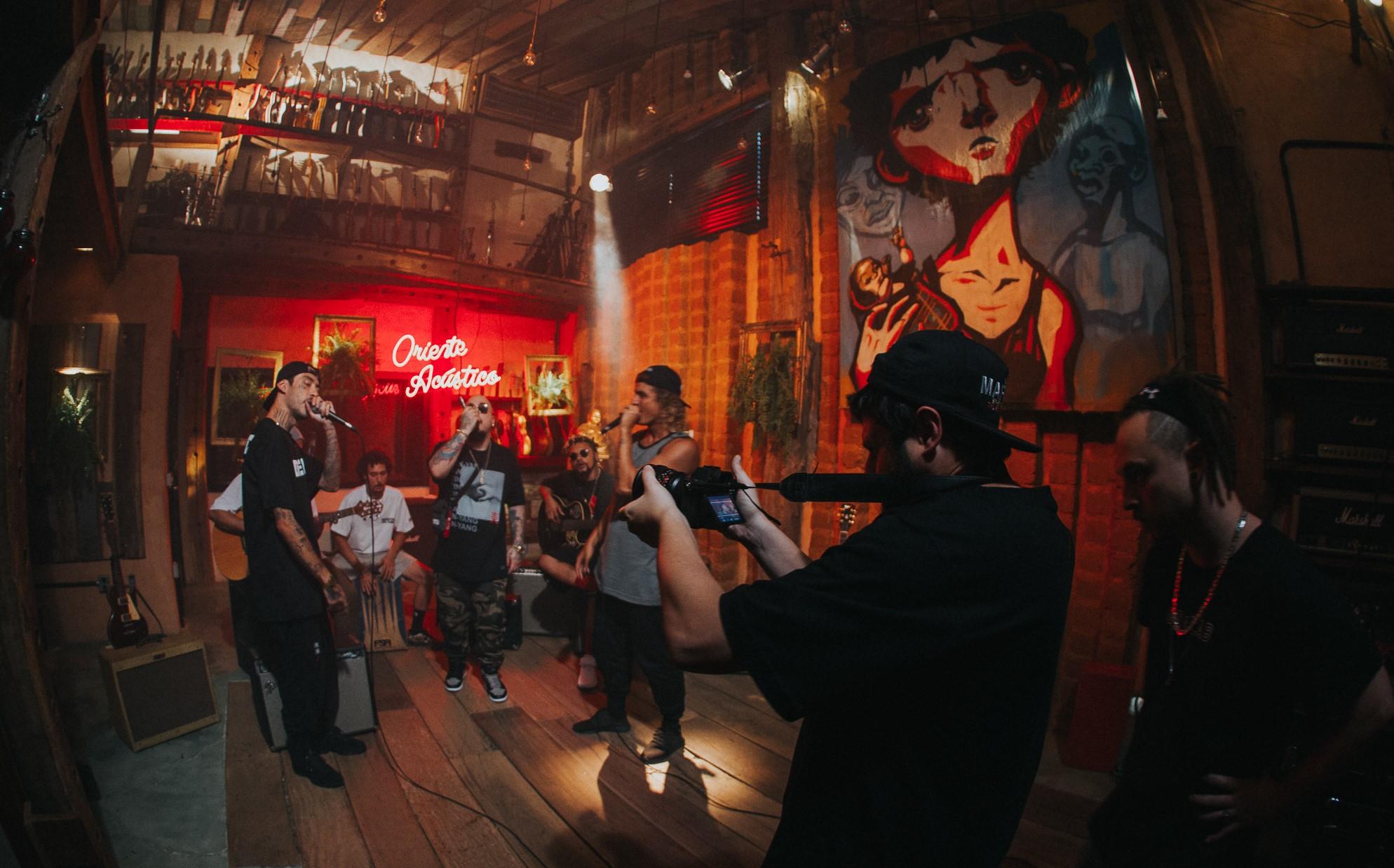 """O diretor de audiovisuais Guilherme Behrem, em gravação antes da quarentena, agora busca alternativas: """"Sem aglomeração não tem filmagem"""" (Foto: Divulgação)"""