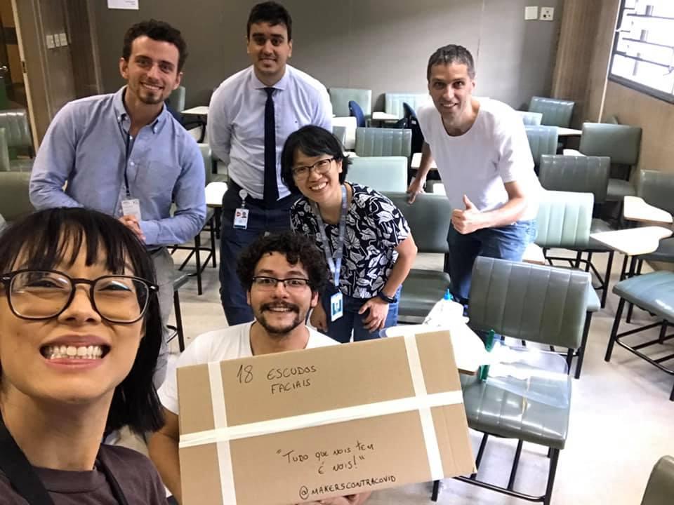 Rita Wu e seus colegas makers na entrega de EPIs para o Hospital das Clínicas da USP: engajamento na campanha de combate à pandemia (Foto: Reprodução)