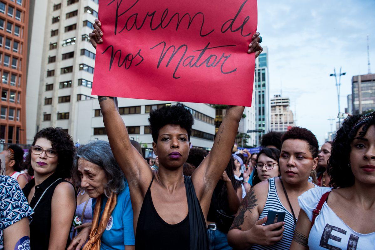 Manifestante segura cartaz contra a violência no ato de 2019 pelo Dia Internacional da Mulher, em São Paulo: estado registra aumento de casos na pandemia (Foto: Daniel Arroyo/Ponte Jornalismo)