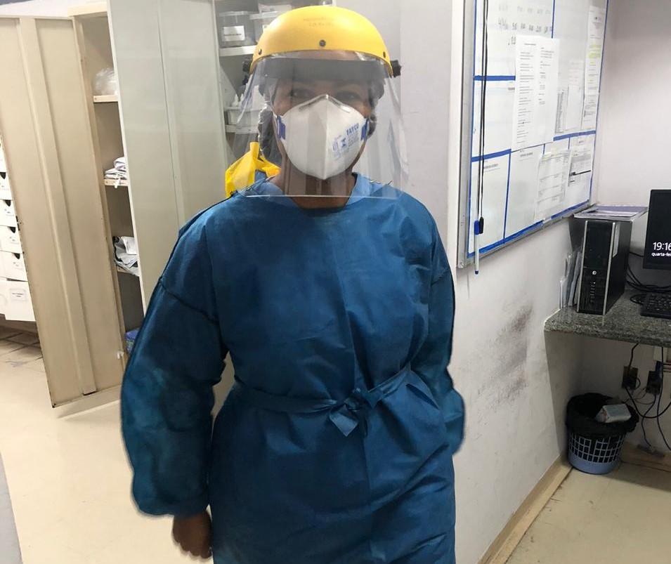 A enfermeira Paloma Salazar, do do Centro de Terapia Intensiva no Hospital Universitário da UFJF: trabalho extra também com a filha pequena sem aulas (Foto: Arquivo Pessoal)