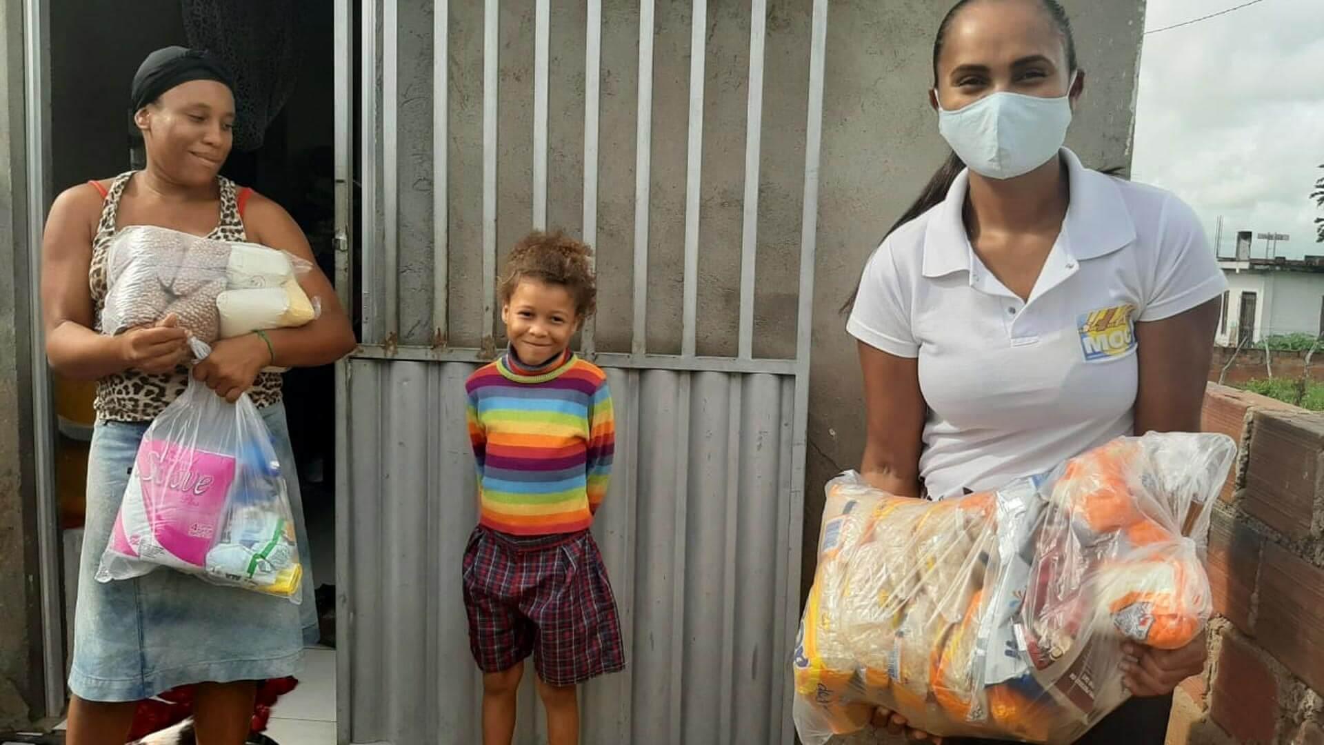 Na Bahia, o MOC, entidade parceira da ActionAid, já atendeu mais de mil famílias com distribuição de cestas com alimentos agroecológicos, kits de higiene e máscaras de proteção (Foto: MOC)
