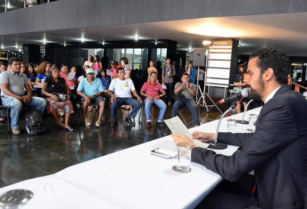 Indígenas suruí aikewara em reunião da Comissão da Anistia em 2013: indenização pelos trabalhos forçados e destruição promovida por militares no Araguaia (Foto: Isaac Amorim/Ministério da Justiça)