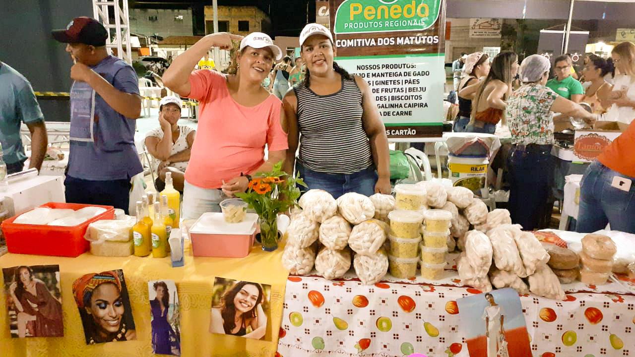 Amiraise (à direita) na Luar do Cerrado, antes da suspensão da feira: queda brusca nas vendas de queijo e manteiga artesanais (Foto: Arquivo Pessoal)