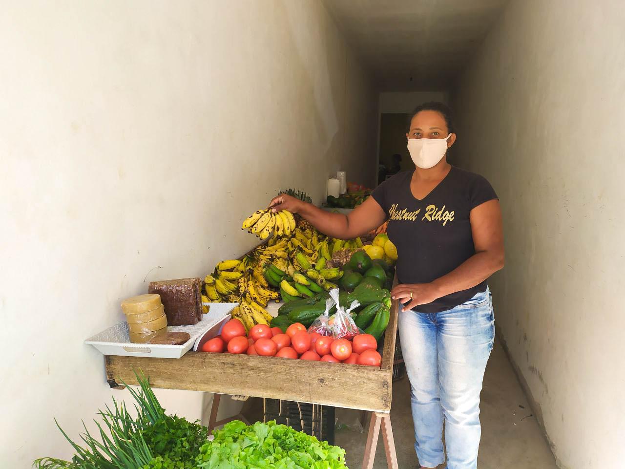 Marilene no espaço alugado na sede do município de Santana: forma de ficar mais perto dos clientes até a volta da feira (Foto: Luísa Carvalho)