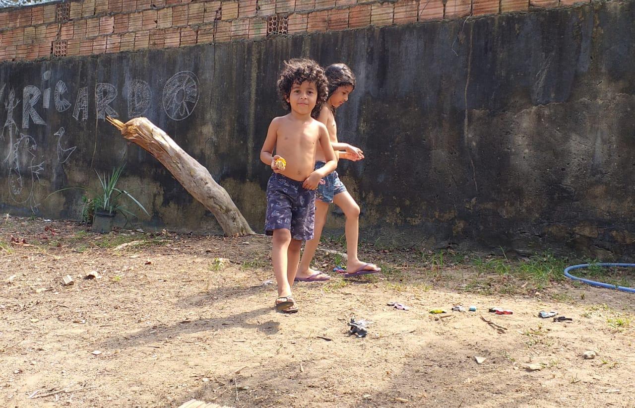Ricardo, com a irmã, Paula, no quintal de casa em Manaus: boa adaptação a escola municipal de Educação Infantil (Foto: Arquivo Pessoal