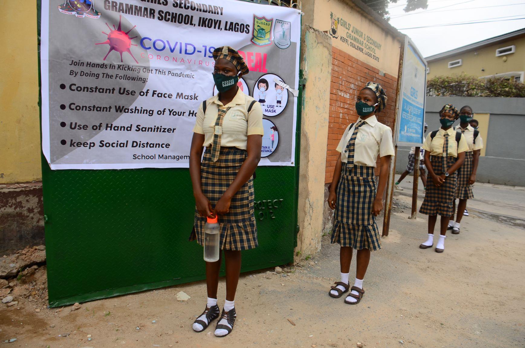 Meninas fazem fila para entrar em escola na Nigéria: evasão escolar é maior entre as estudantes do sexo feminino (Foto: Olukayode Jaiyeola / NurPhoto / AFP