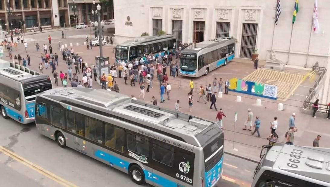 Ônibus elétricos em Curitiba: veículos movidos a diesel são responsáveis por mais de 50% das emissões nas cidades brasileiras (Foto: Divulgação/BYD)