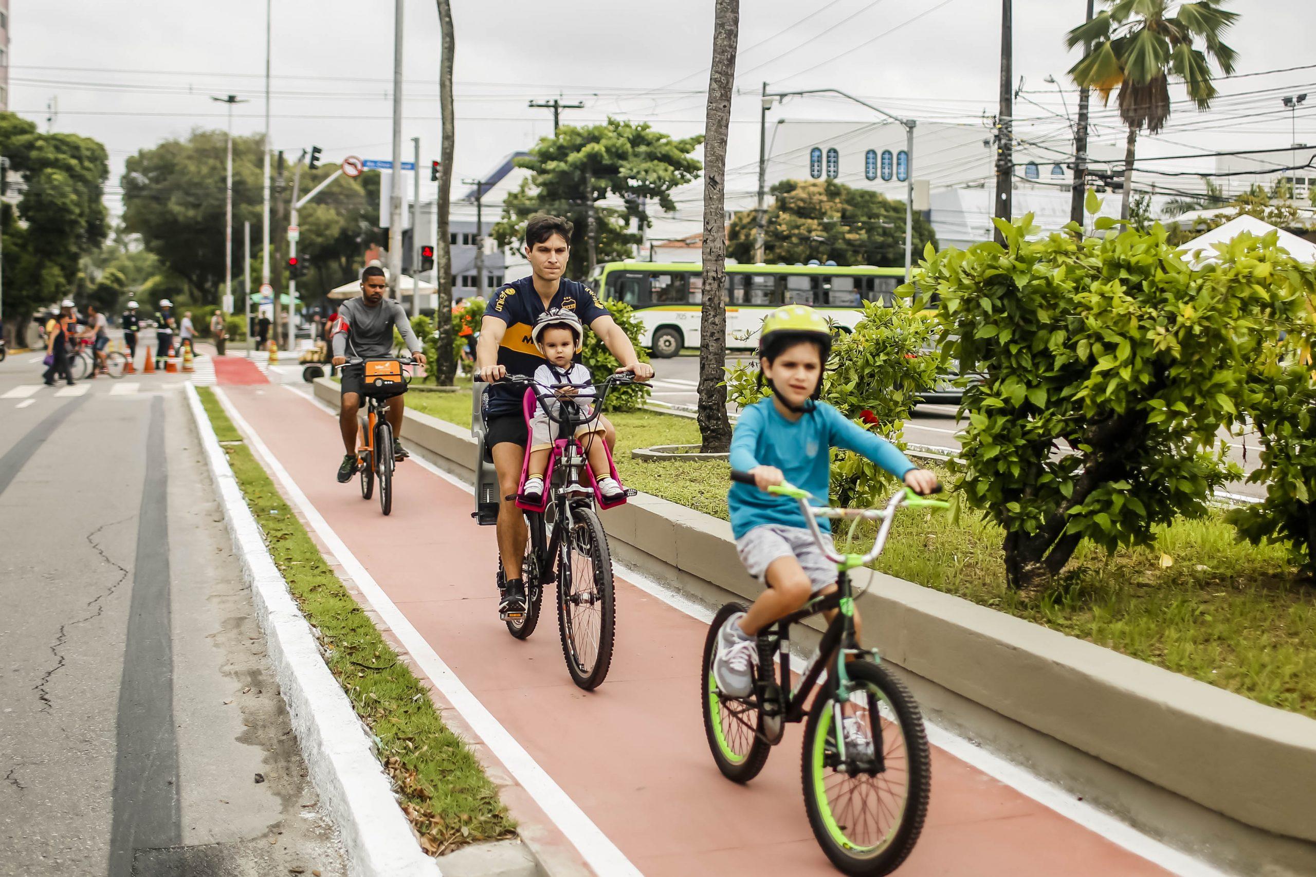 Crianças em ciclovia no Recife: estudo do ITDP mostra que uso da bicicleta reduziria em mais de 90% o tempo de deslocamento para a escola (Foto: Andrea Rego Barros/Prefeitura de Recife)