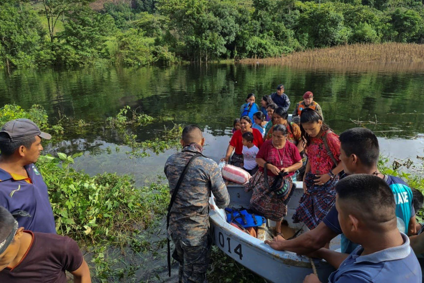 Exército guatemalteco resgata indígenas no sul do país: mais de 100 ainda desaparecidos em aldeia soterrada por deslizamento de terra (Foto: Exército da Guatemala/AFP)