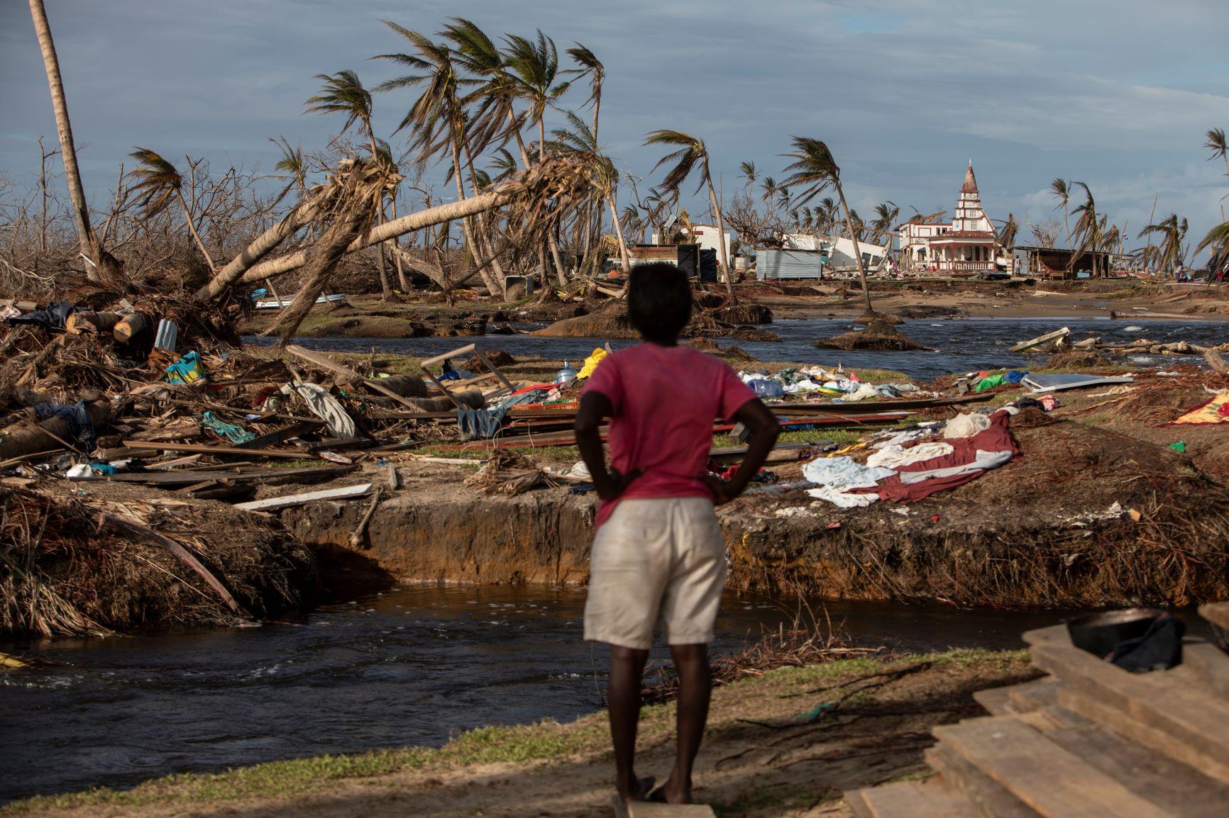 Nicaraguense observa cenário de destruição na região Norte do Caribe: cientistas apontam que mudanças climáticas tornam furacões mais fortes e intensos (Foto: Inti Ocon/AFP)