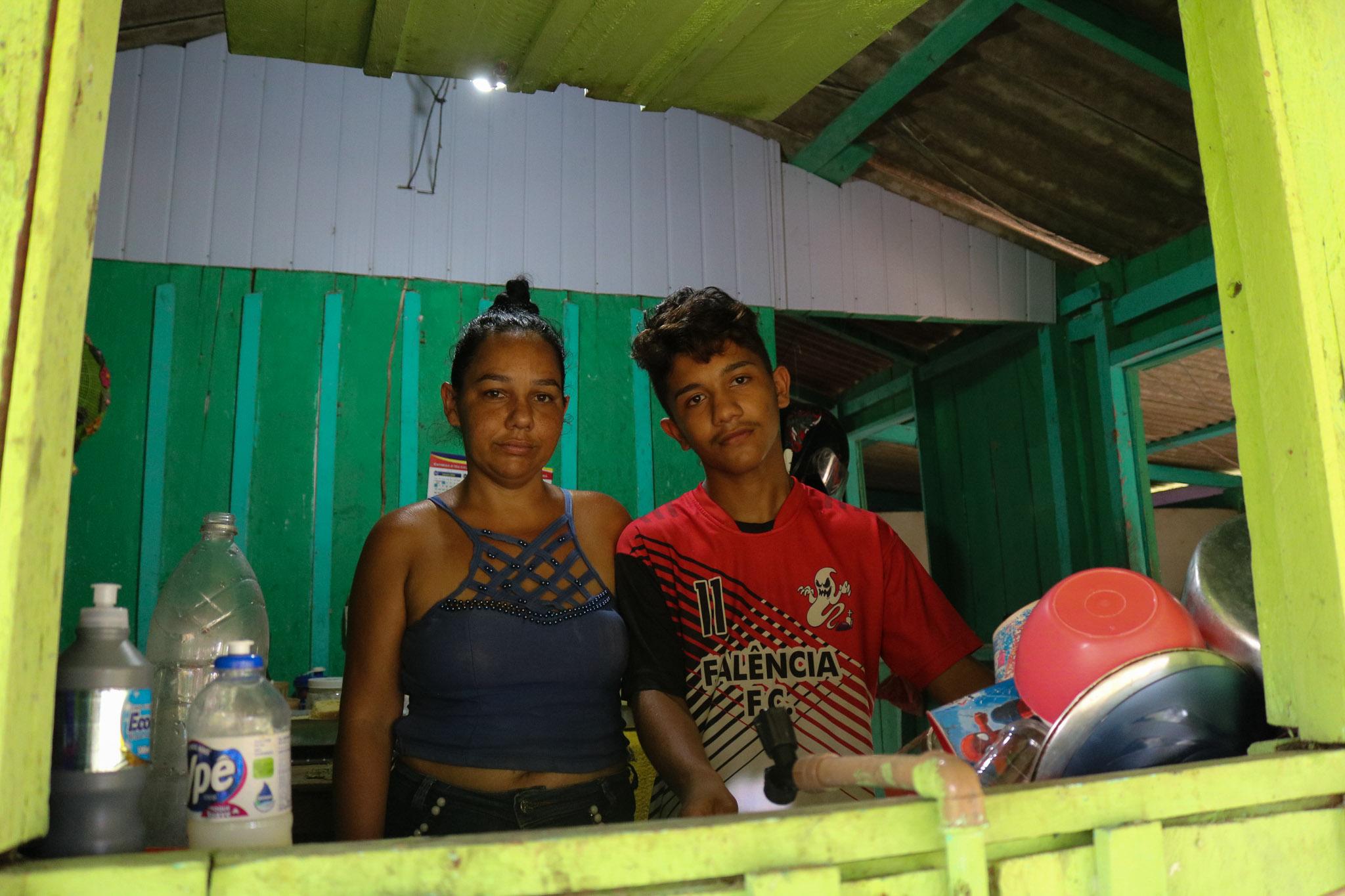 O estudante Renan ao lado da mãe Risonaira: durante a pandemia, acesso à internet só por wi-fi rural emprestado (Foto: Bruno Tadeu)