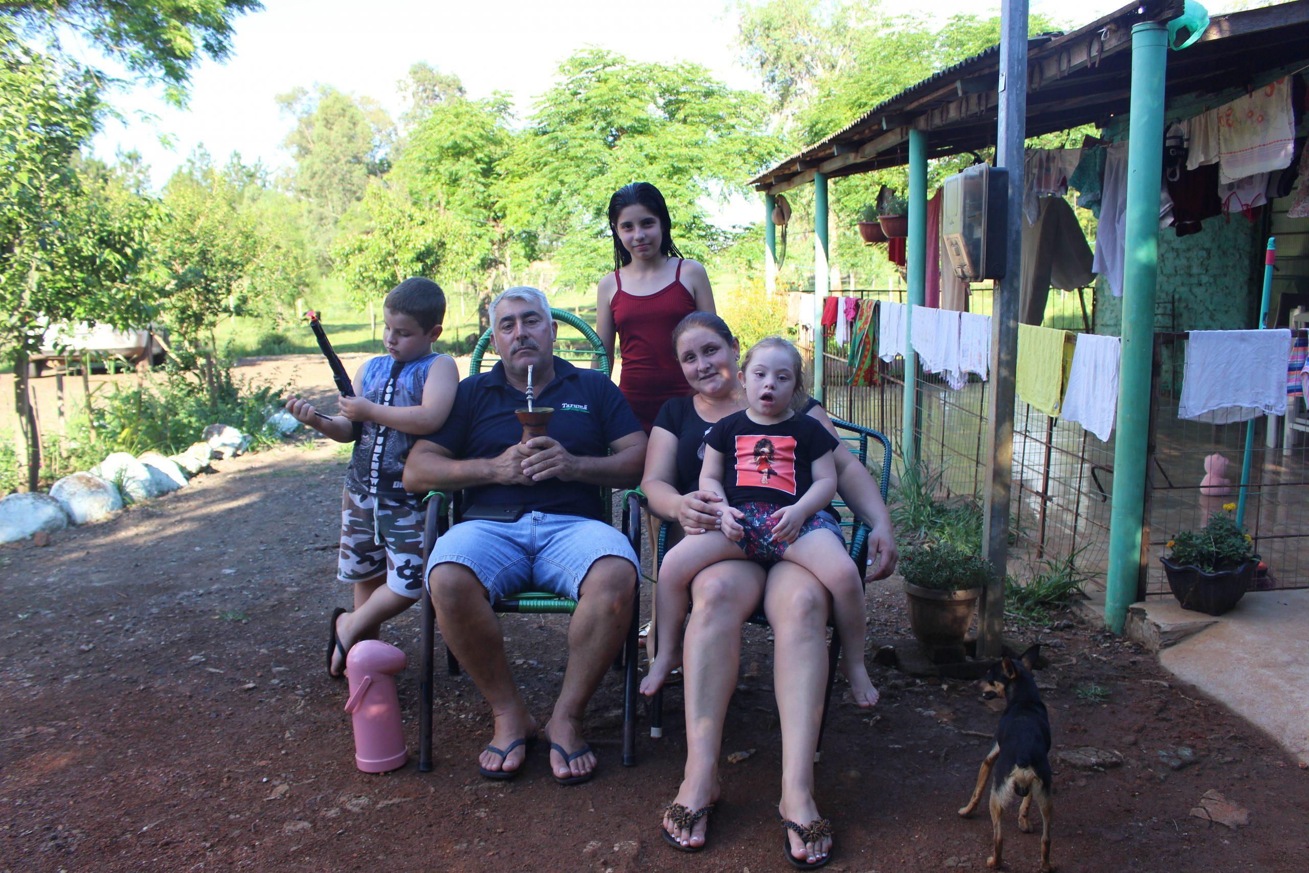 Nadine (atrás), de 11 anos, com os pais e os irmãos na zona rural de São Borja: dificuldades com a matemática (Foto: Larissa Burchard)