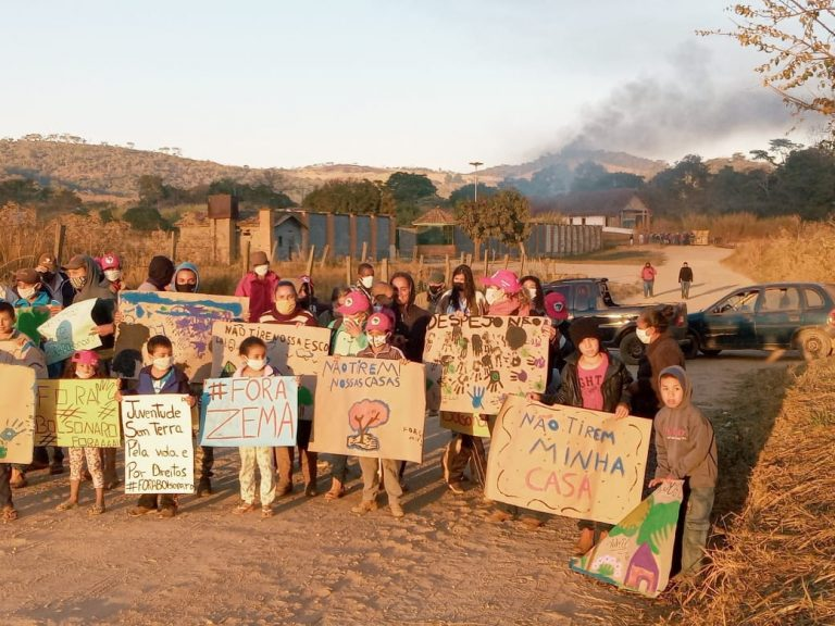 Quatorze famílias protestam pelo despejo, em plena pandemia, no Acampamento Quilombo Campo Grande. Foto: Reprodução - MST