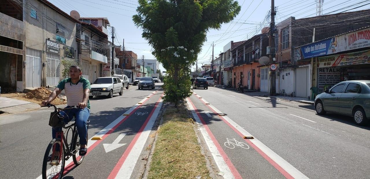 Homem pedala na Avenida Washington Luiz, bairro Vila Velha, região oeste de Fortaleza (CE). Até o ano passado, o bairro não contava com infraestrutura cicloviária. Foto Prefeitura de Fortaleza