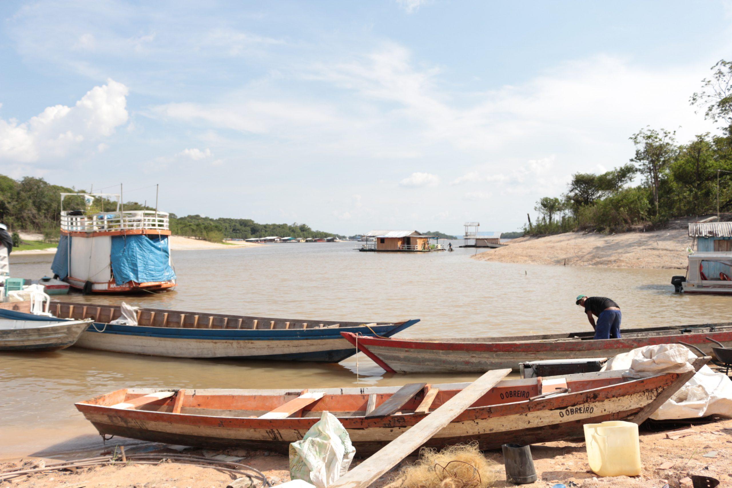 Canoas que fazem o transporte até a comunidade Nossa Senhora do Livramento. Foto de Jullie Pereira