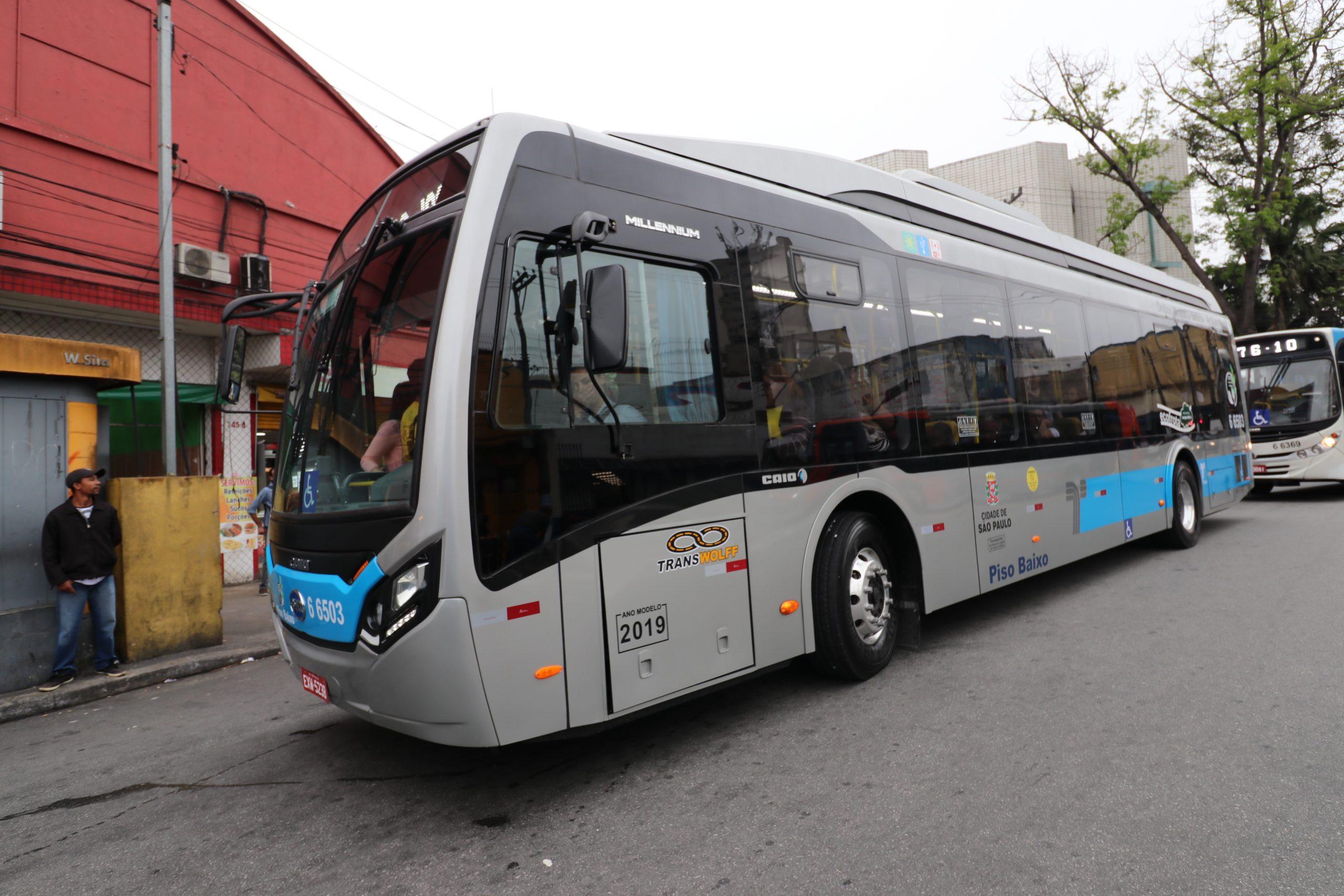 Ônibus elétrico circula em São Paulo: contratos são entrave para a eletrificação da frota (Foto: Divulgação/SPTrans)