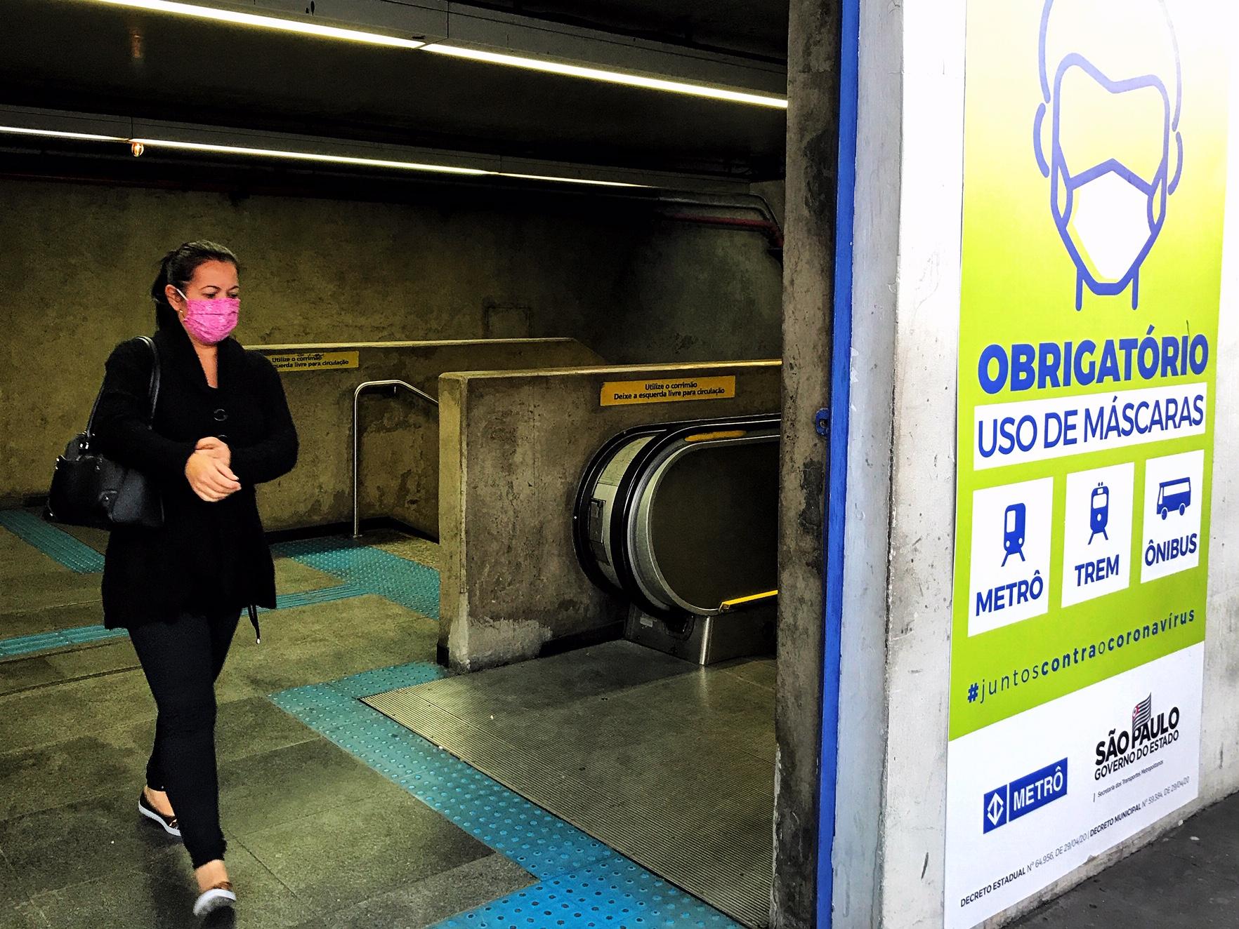 Usuária na saída da estação Paraíso do Metrô paraíso de São Paulo: empresa não vai pagar parte do salário de seus funcionários por conta da crise (Foto: Roberto Parizotti/Fotos Públicas)