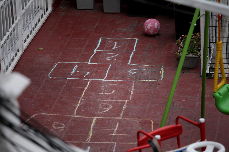 Em tempos de pandemia, o jogo de amarelinha abandonado em um terraço vazio. Foto Carol Smiljan/ NurPhoto