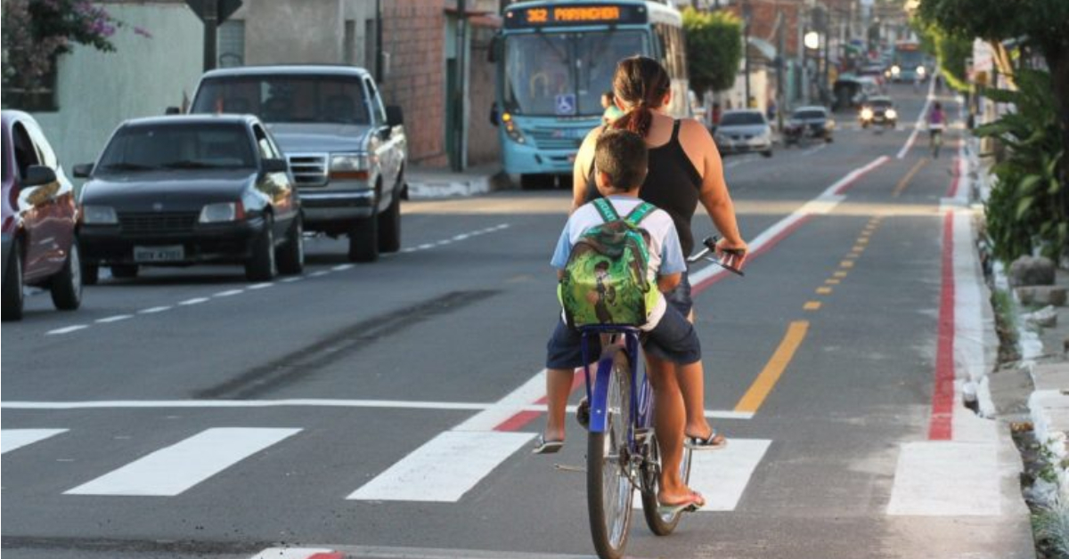 Mãe usa ciclofaixa para levar filho para escola em Fortaleza, grande cidade com melhor distribuição de vias para bicicletas: tornar acesso mais rápido e seguro é desafio (Foto: Prefeitura de Fortaleza)