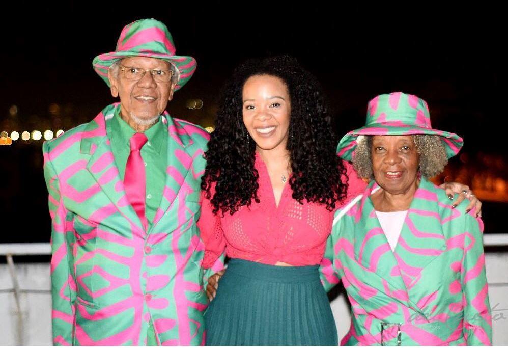 Com os pais, na quadra da Mangueira: família unida no amor pela verde e rosa. Foto do acervo pessoal