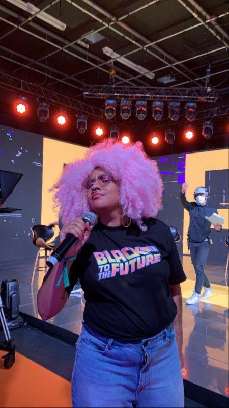 A produtora Andreza Delgado reclamou dos fones de ouvido, que comprados por R$ 200, que não se adaptaram ao seu cabelo black power. Foto Divulgação