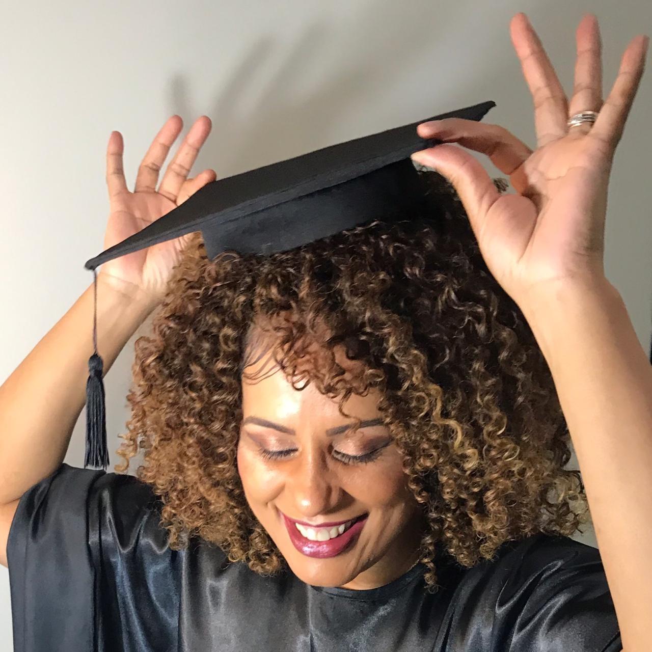 O chapéu de formatura ou capelo de formatura para cabelos afros pode ser a nova tendência do mercado. Foto Divulgação
