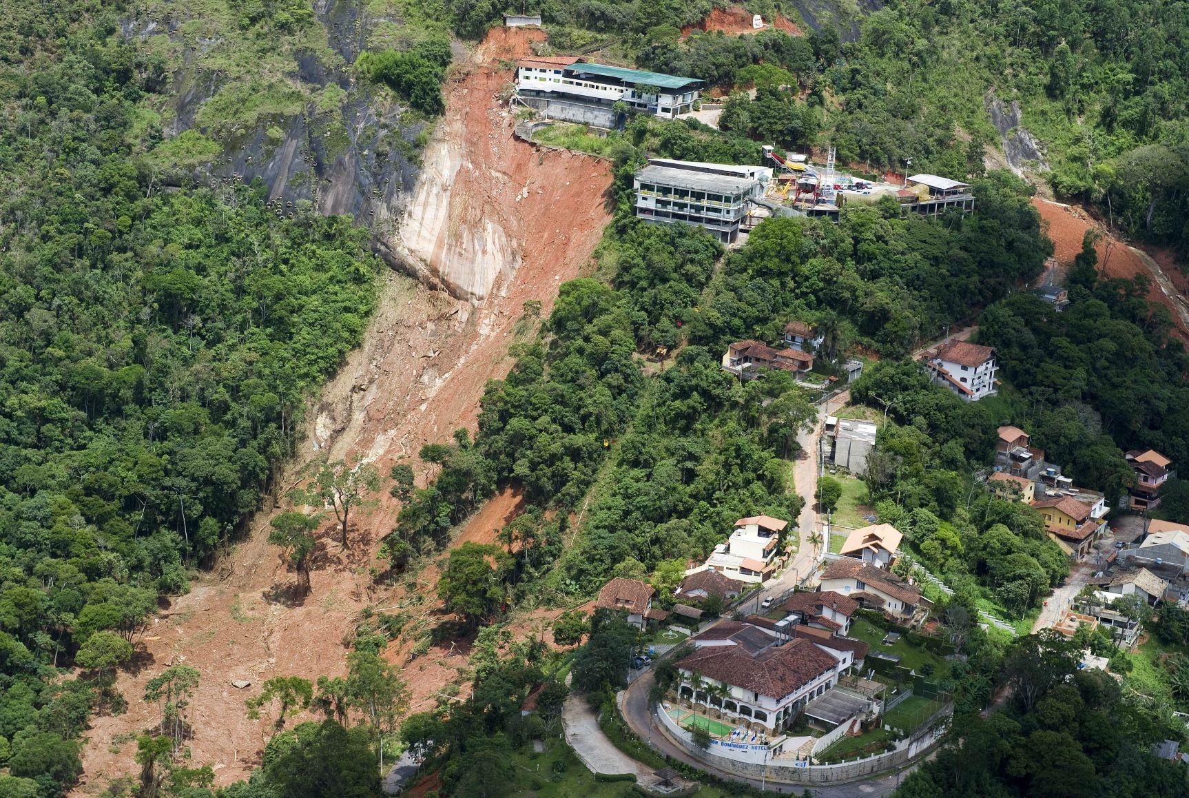 Deslizamento de terra gigantesco perto do centro de Nova Friburgo: geógrafa alerta que chuvas na região estão cada vez mais concentradas e mais intensas (Foto: Antonio Scorza/AFP - 18/01/2011)