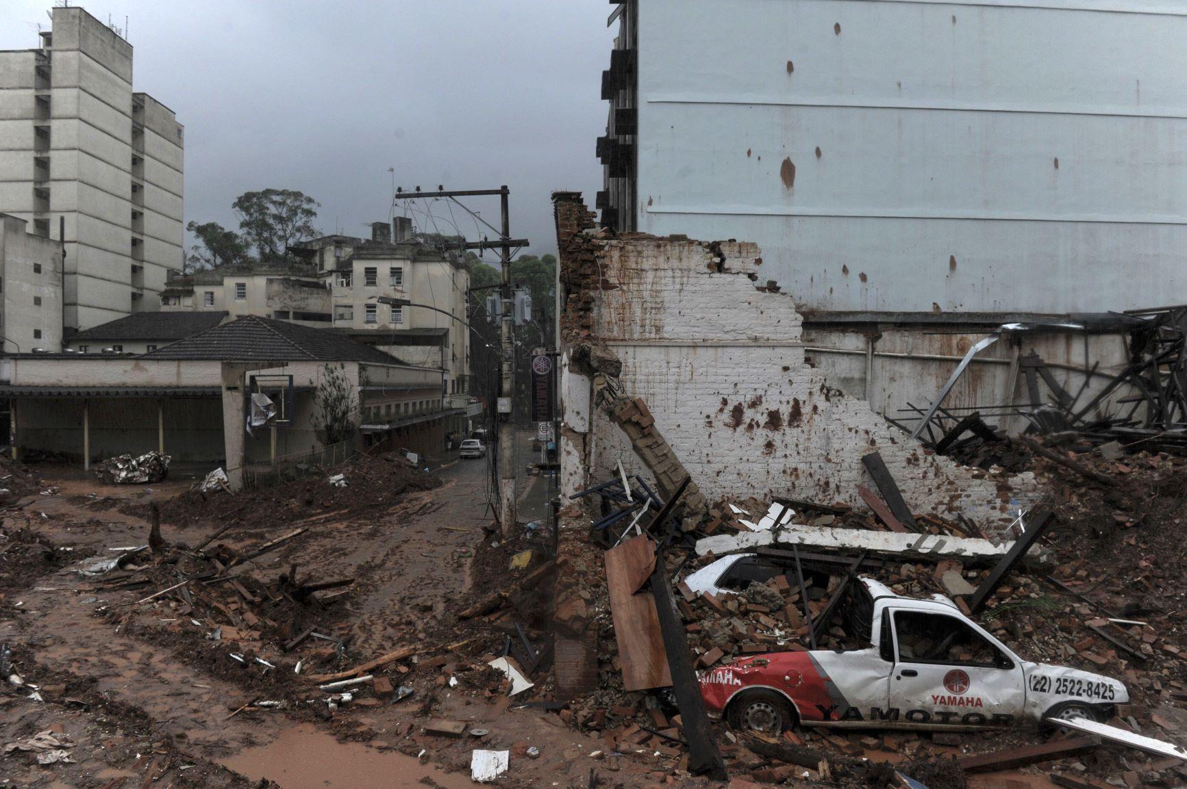 Área destruída por deslizamento no centro de Nova Friburgo: estudo afirma que impacto de eventos extremos seria muito menor se houvesse preservação de áreas elevadas e topos de morros e montanhas (Maurício Lima/AFP - 15/01/2011)