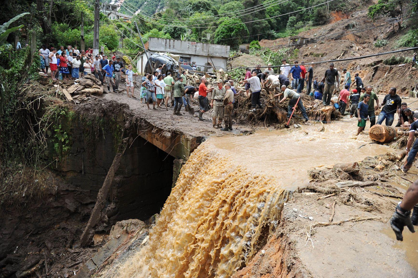 Cachoeira de água da chuva e barro morro abaixo em Teresópolis: no município, 74 pessoas estão registradas como desaparecidas desde a enchente de 2011 (Foto: Vanderlei Almeida/AFP - 12/01/2011)