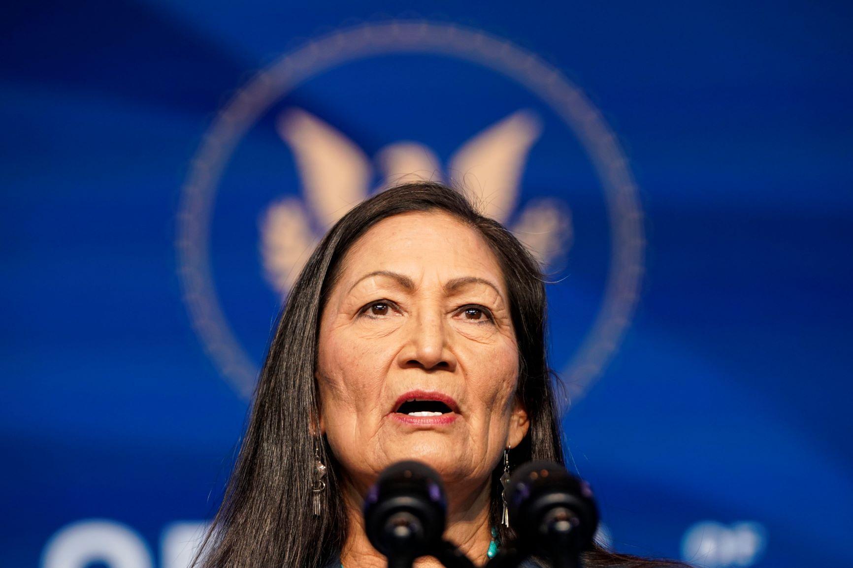 Deputada pelo Novo México, Deb Haaland será, na pasta do Interior, a primeira descendente de indígena a fazer parte do Ministério dos EUA: presidente quer ação coordenada nas questões climáticas (Foto: Joshua Roberts/Getty/AFP - 19/12/2020)