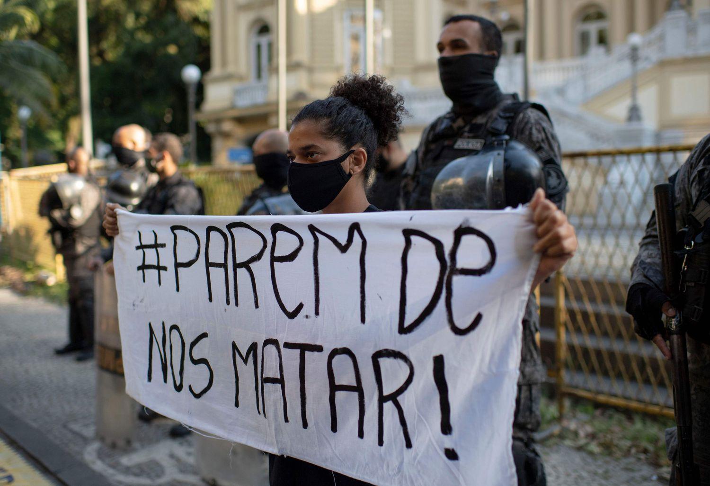 Manifestação contra violência policial contra negros no Rio: quase 9 mil casos de racismo registrados em 2019 (Foto: Mauro Pimentel/AFP - 20/05/2020)