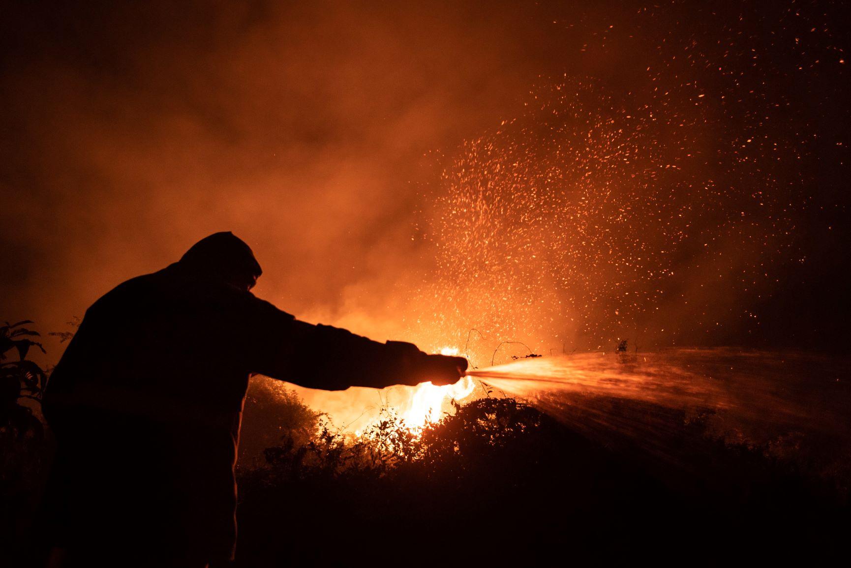Brigadista combate incêndio no Pantanal em 2020: redução de 27,4% no orçamento de 2021 para fiscalização ambiental e combate a incêndios florestais (Foto: Gustavo Basso/Nur Photo/AFP - 20/09/2020)