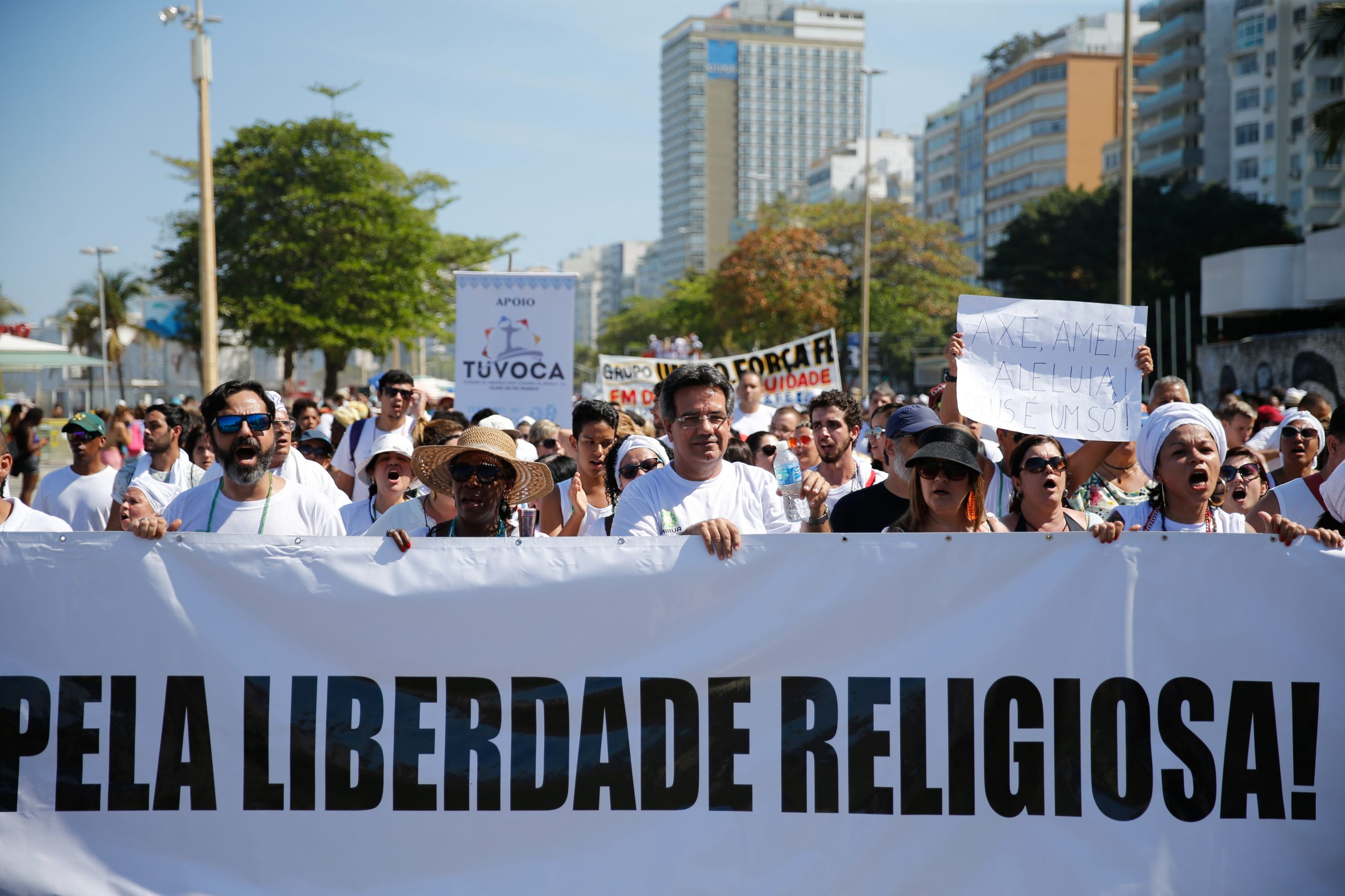 Representantes de diversas religiões participam de caminhada em defesa da liberdade religiosa no Rio: religiões de matriz africana são os os principais alvos de crimes de intolerância (Foto: Fernando Frazão/Agência Brasil - 17/09/2017)