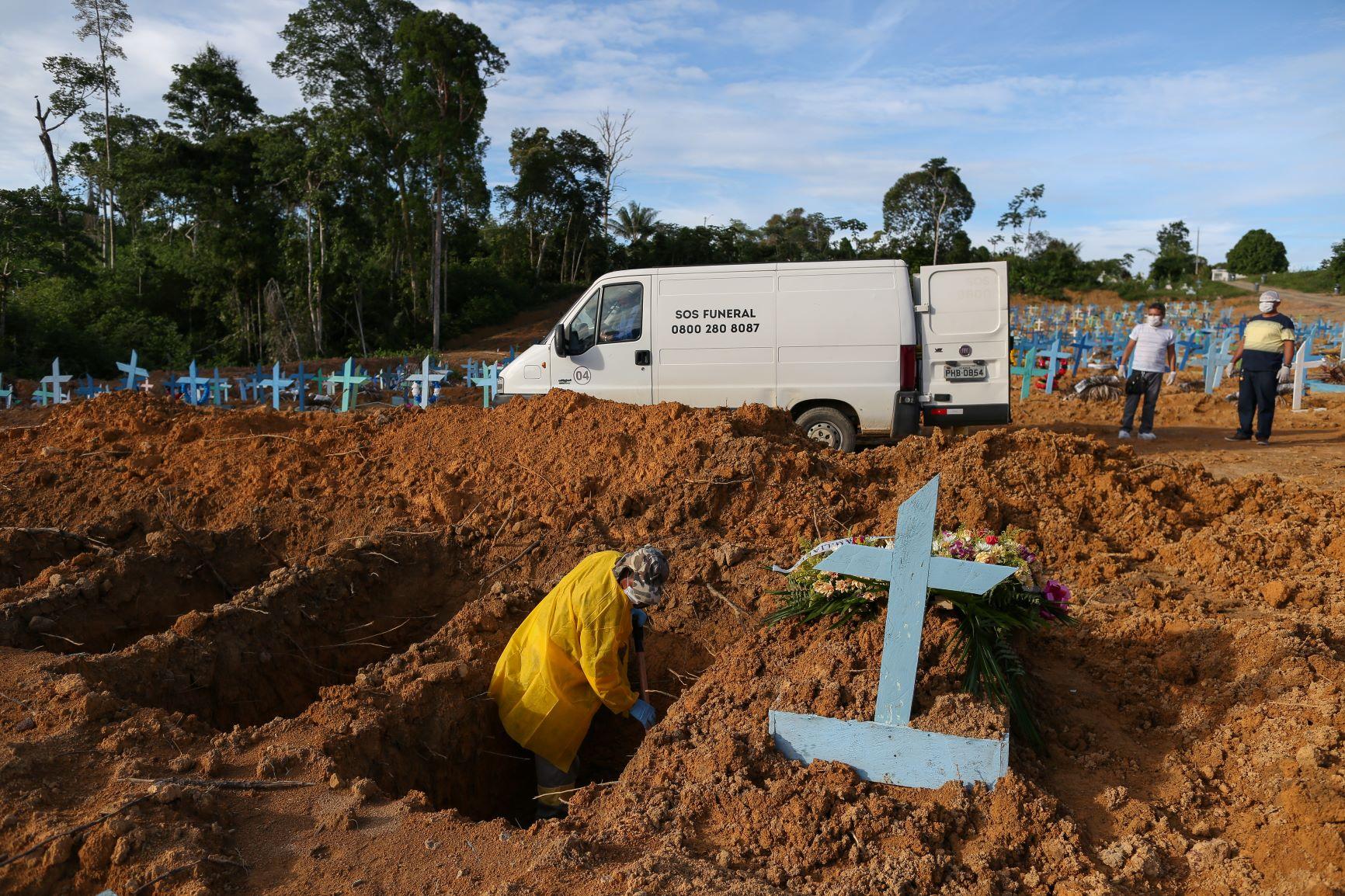 Funcionários do Cemitério Nossa Senhora Aparecida, em Manaus, abrem novas covas no penúltimo dia de 2020: crescimento entre novembro e dezembro de 120% do número de casos na capital (Michael Dantas/AFP)