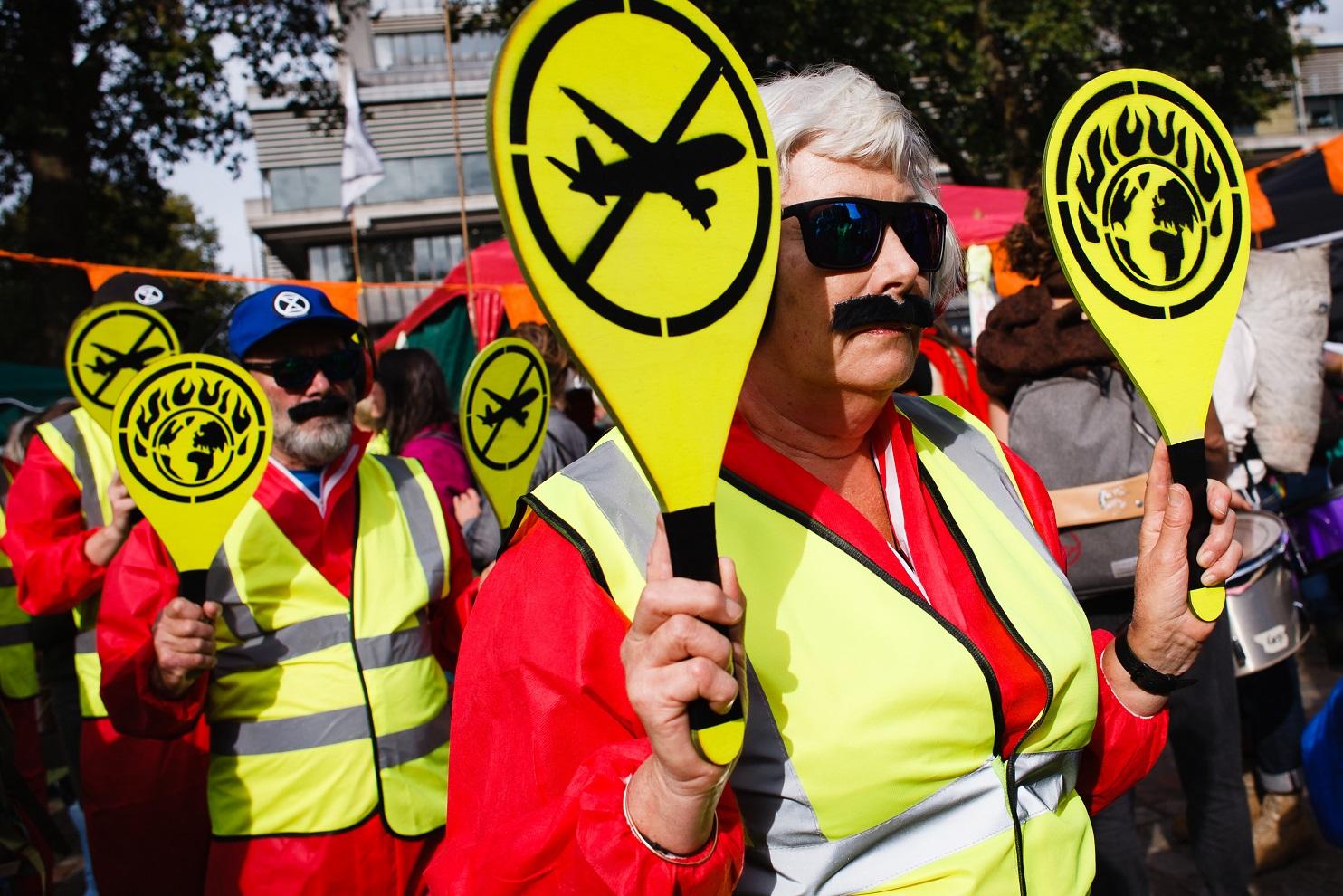 Em Londres, ativistas do movimento Extinction Rebellion (XR) protestam contra as emissões de carbono do setor de aviação. Foto David Cliff/NurPhoto. Outubro/2019