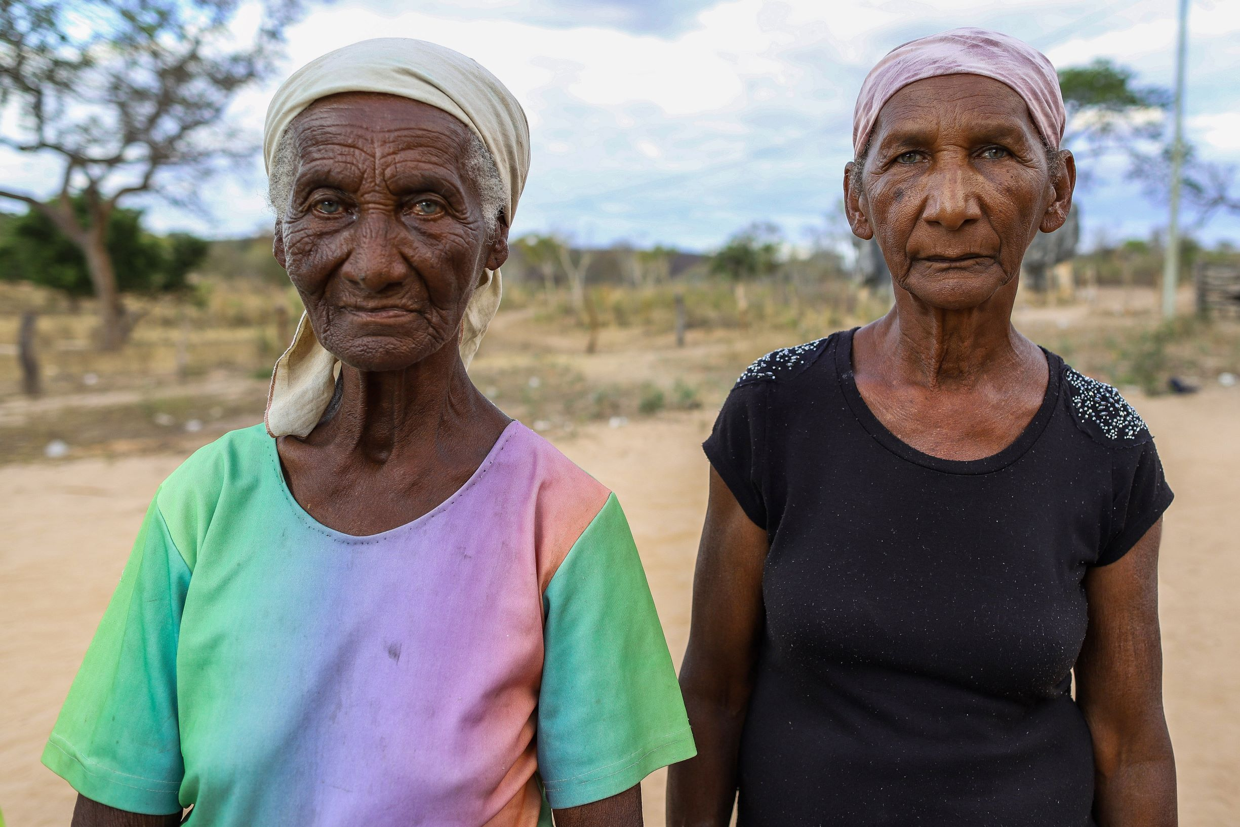 """Heloísa Ferreira (direita), 67 anos, ao lado da irmã, Sebastiana, de 86: """"A seca e o modo de viver mudaram muito"""" (Foto: Flávio Tavares)"""