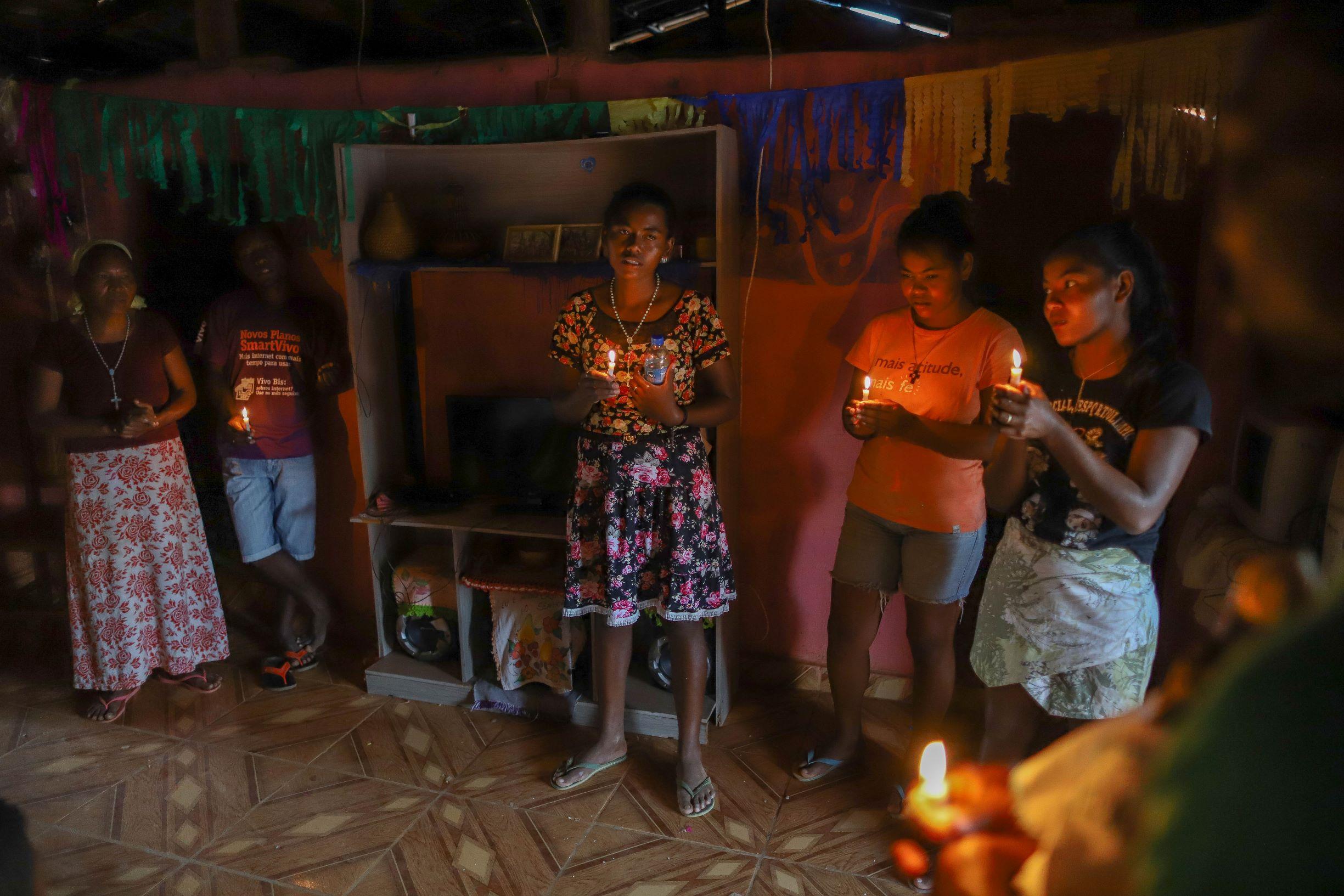 Grupo Xakriabá faz rezas e cantos para chamar a chuva: mudança climática torna temporada de seca mais prolongada (Foto: Flávio Tavares)