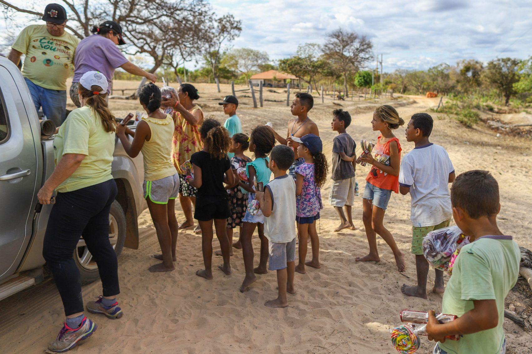 Indígenas fazem fila para receber daoções da ONG Amigos de Minas: carga dos caminhões nunca dá para todos (Foto: Flavio Tavares/Projeto Colabora)