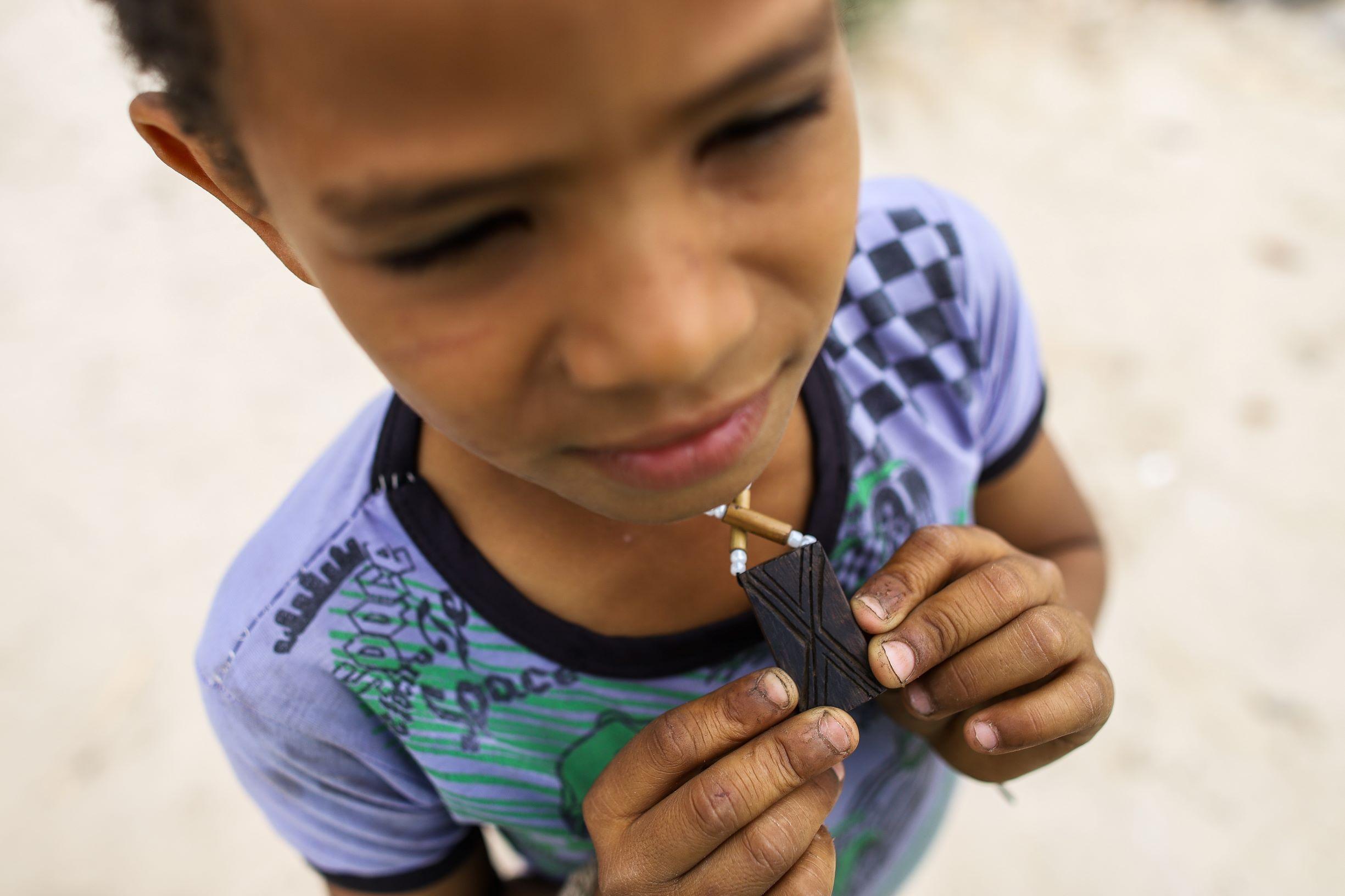 Menino Xakriabá mostra artesanato indígena feito na escola: professores de cultura ensinam a língua, pinturas, cantos, saberes e histórias (Foto: Flávio Tavares)