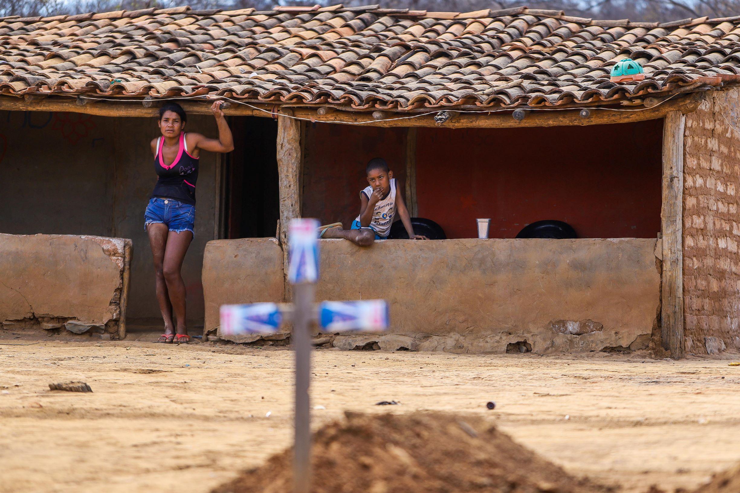 Elizabete Barros com seu filho na casa que construiu sozinha: grupo de mulheres da aldeia Embaúba comprova força da mulher indígena (Foto: Flávio Tavares)