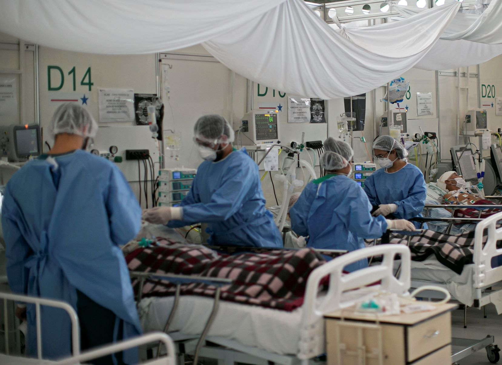 Profissionais de enfermagem atendem pacientes com covid-19 em hospital de Belém: sobrecarga de trabalho ainda maior durante a pandemia (Foto: Tarso Sarraf/AFP)