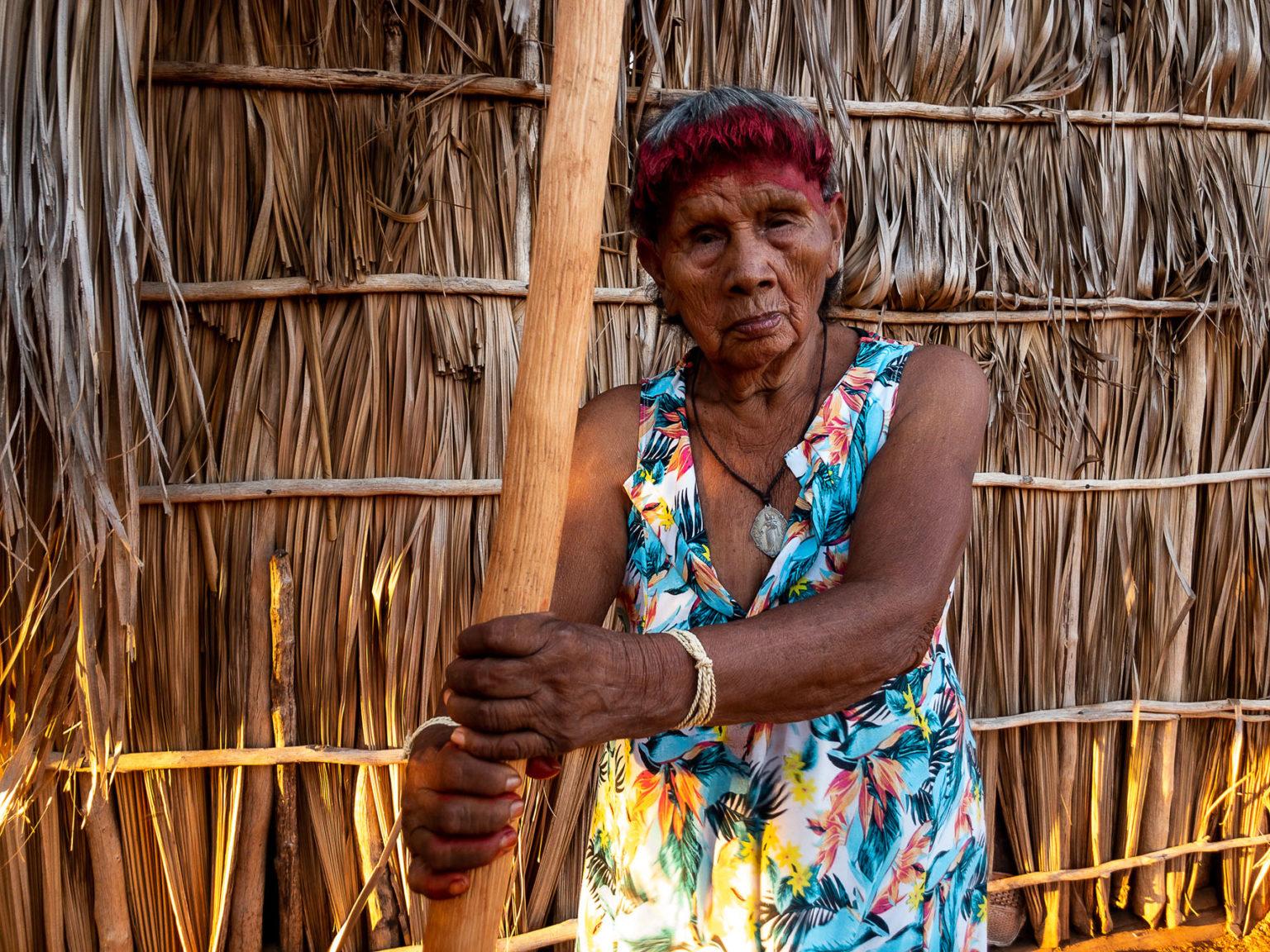 """Heroína Rewanhiré, na aldeia Paranoá, em Mato Grosso: """"""""Estou doente, cansada e com diarreia."""" (foto: José Medeiros/Amazônia Real)"""