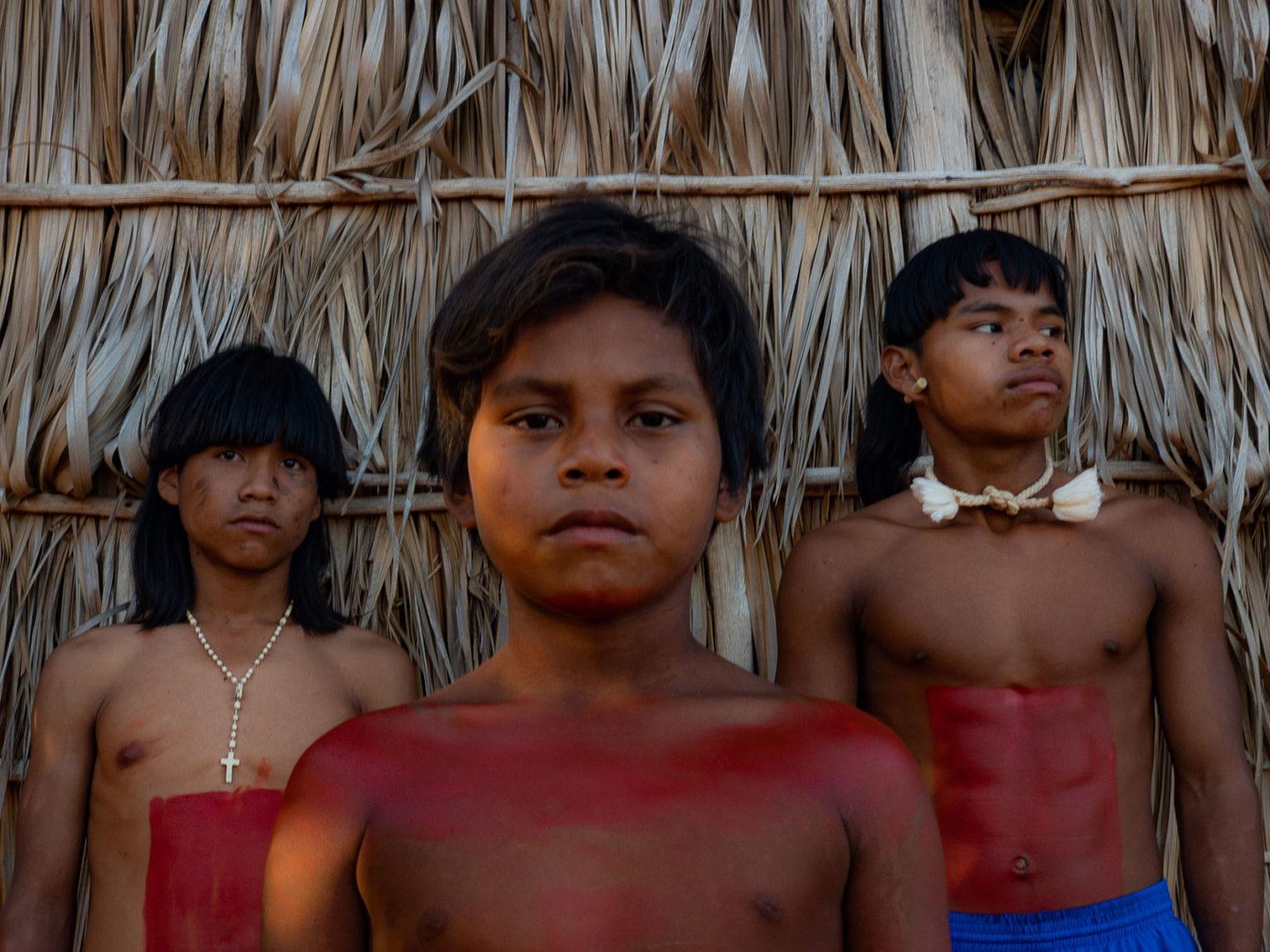 Jovens xavantes na aldeia Paranoá: escassez de arroz, feijão, óleo e farinha (Foto: José Medeiros/Amazônia Real)