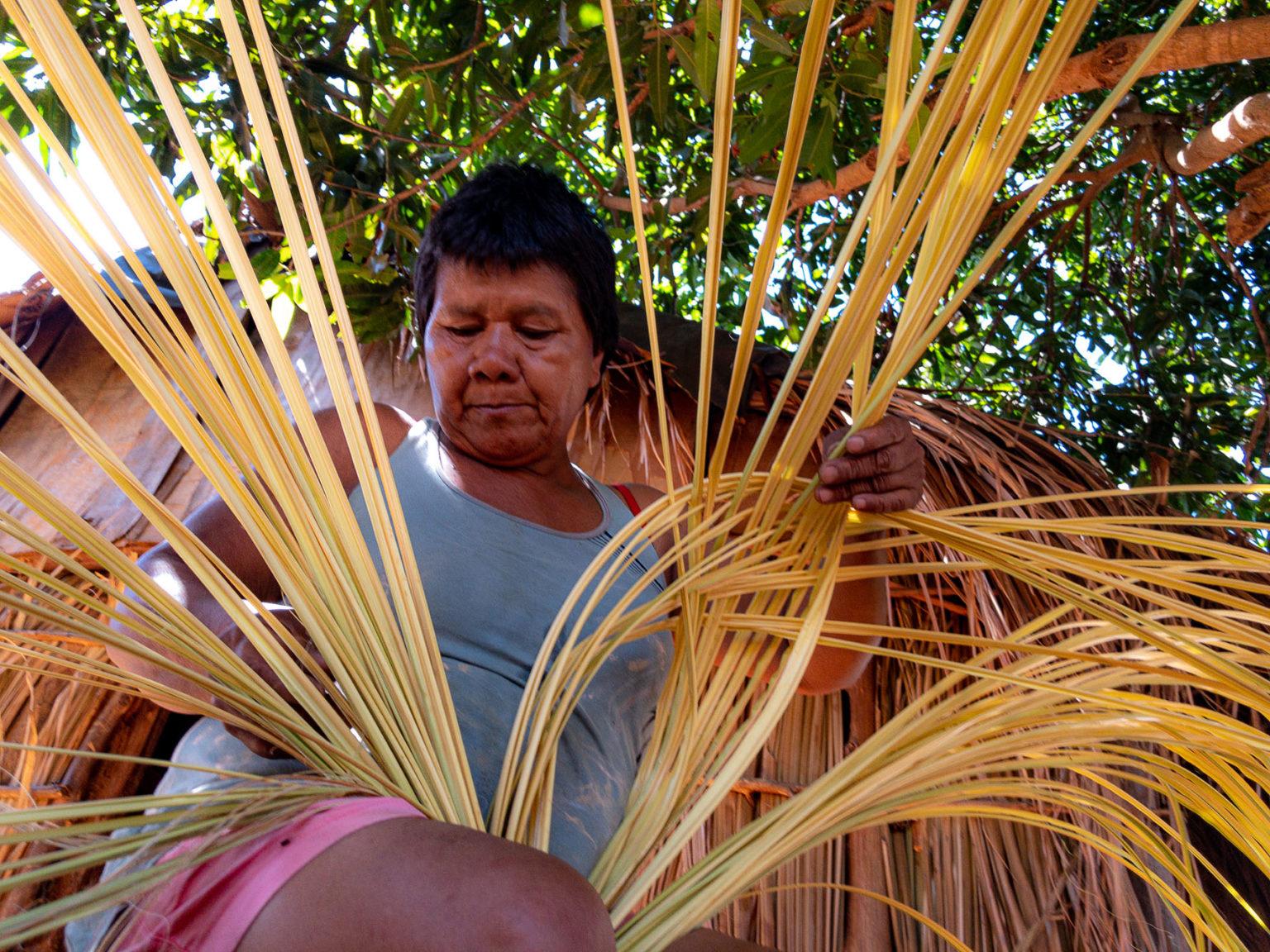 A indígena Aalexandrina Rootsiwanario na aldeia xavante Paranoá: etnia mais atingida pela covid-19 (Foto: José Medeiros/Amazônia Real)