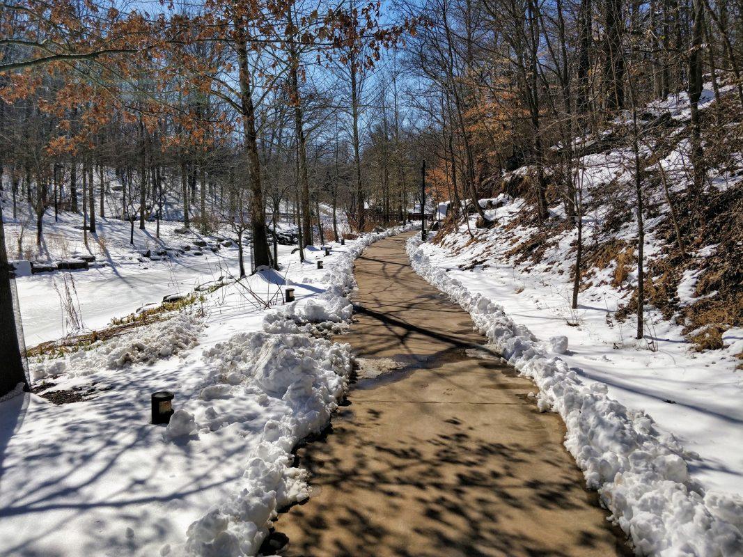 Onda de frio: trilha em meio a neve em Bentonville, no Arkansas